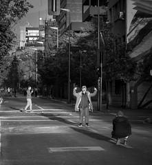Santiago de furia, Santiago de Chile furioso (Mario Rivera Cayupi) Tags: streetphotography fotografíadecalle fotografíacallejera streetphotographyinchile santiagodechile protest angry furia blancoynegro blackandwhite bw canong5x oneinchsensor sensordeunapulgada