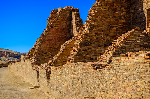 Section of Pueblo Bonito's south wall, looking from newer, taller contruction (circa 1150s) to the older, shorter wall circa 850.