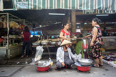 (kuuan) Tags: voigtländerheliarf4515mm manualfocus mf voigtländer15mm aspherical f4515mm superwideheliar apsc sonynex5n saigon hcmc vietnam market stall food conicalhat ladies street
