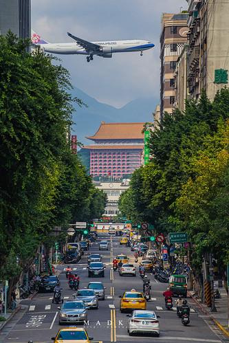 看著FB動態回顧,十月的某天剛好都在國外看著名夜景,一個是上海外灘,一個是香港維多利亞港。好想出國阿!只好看看飛機解解悶。
