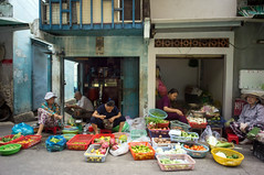 (kuuan) Tags: voigtländerheliarf4515mm manualfocus mf voigtländer15mm aspherical f4515mm superwideheliar apsc sonynex5n saigon hcmc vietnam market stall food fruit sellers colors street