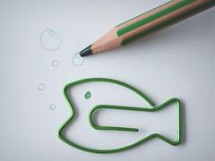 Dessine-moi un poisson... (esterc1) Tags: paper clip pencil verde dibujo pintar pinturilla pez macromondays stationery
