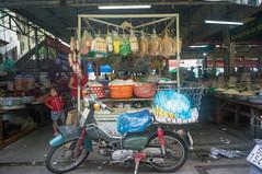 (kuuan) Tags: voigtländerheliarf4515mm manualfocus mf voigtländer15mm aspherical f4515mm superwideheliar apsc sonynex5n saigon hcmc vietnam market stall food motorbike street