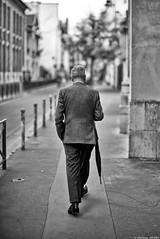 L'homme au parapluie (Mathieu HENON) Tags: leica leicam m240 noctilux 50mm monochrome laphotodulundi street streetphoto streetlife photoderue nb bnw bw noirblanc blackwhite france paris 11emearrondissement homme seul parapluie classe parisien style costume man umbrella parisian
