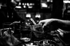 Links. (LACPIXEL) Tags: lacabane poissy france yvelines nourriture food comida frites frenchfries main hand mano pub brasserie snacking noiretblanc blancoynegro blackwhite nikon nikonfrance nikonfr flickr lacpixel