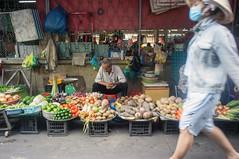 (kuuan) Tags: voigtländerheliarf4515mm manualfocus mf voigtländer15mm aspherical f4515mm superwideheliar apsc sonynex5n saigon hcmc vietnam market stall food street