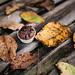 Muffin und abgefallene Blätter als Bildkonzept für Herbst