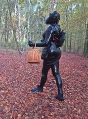 Pilzjagt im Herbstwald (Gabriela Brown) Tags: latex rubber gummi frau girl woman outside outdoor fullrubber black maske gasmaske mask magic mushrooms full enclosure