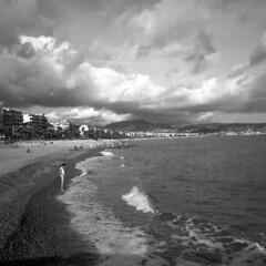 Autumn at sea - Nice (France) - October 2019 (cava961) Tags: nice autumn plage promenade analogue analogico monochrome monocromo bianconero bw 6x6 superpan200 mamiya6