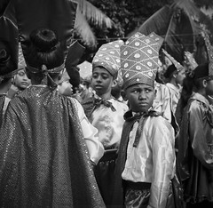 Preparando para el desfile, Cartagena_ (RoryO'Bryen) Tags: desfile cartagenadeindias cartagena caribbean caribbeancoast caribe roryobryen colombie colombia rolleiflex28d ilfordfp4 120mm mediumformat film anabasis viajeporelríomagdalena analoguephotography