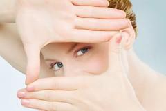 Cách chữa cận thị bằng phương pháp tự nhiên (ChaMeCuaCon) Tags: sensoryperception looking eyecontact seeing vision woman redhead cropping hands direction choice