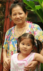 girl with grandmother (the foreign photographer - ฝรั่งถ่) Tags: girl child grandma grandmother khlong thailand thanon portraits bangkhen bangkok canon