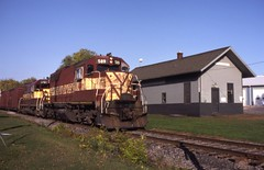 Westbound into Neenah (ujka4) Tags: wisconsincentral wc wcl sdl39 589 neenah wisconsin wi depot autumn fall