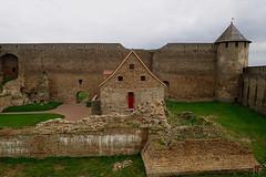 Dans la forteresse d'Ivangorod (7) (8pl) Tags: fort forteresse ivangorod russie cour mur muraille histoire historique moyenâgeux herbe vert
