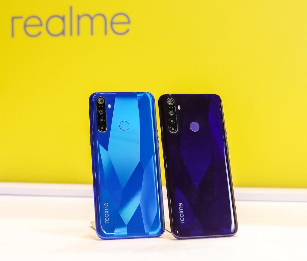 圖說:realme 5共有兩色,分別為電晶藍(左)與電晶紫(右)