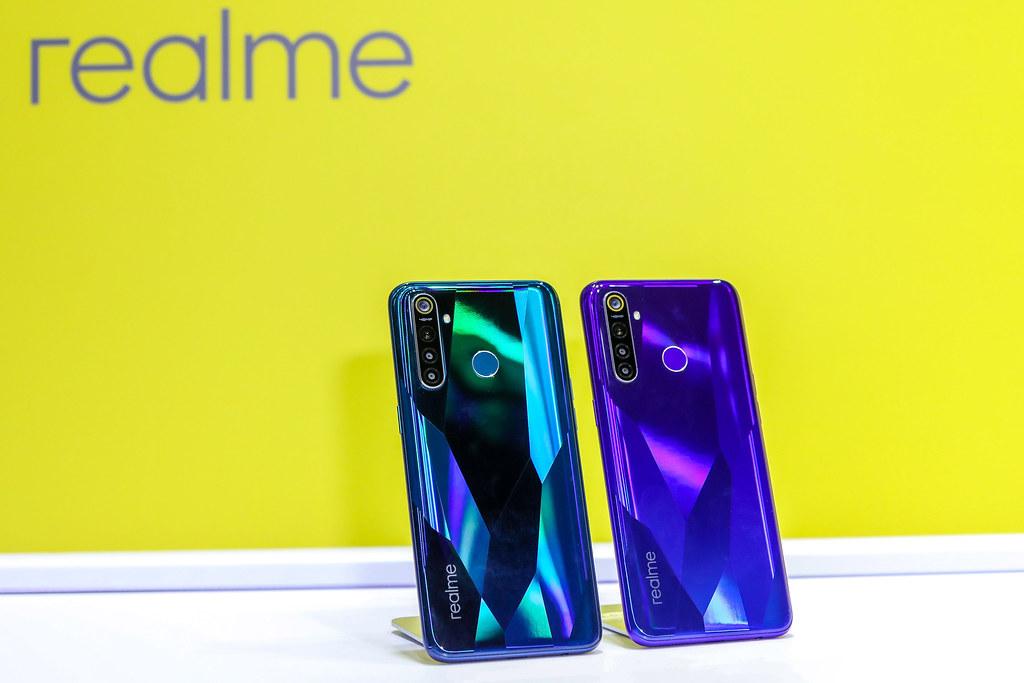 圖說:realme 5 Pro共有光鑽綠(左)與光鑽藍(右)雙色