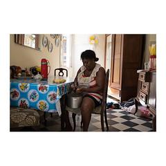 scène d'intérieur (>> Anne) Tags: tataouane voyagephotographique cuba lahavane intérieur femme woman épluchage patates pommedeterre ligtht lumière