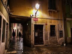 SLOVENIA. PIRANO. (FRANCO600D) Tags: pirano slovenia vicolo centrostorico centrocittà ombre silhouette lampione lampada luce notte night notturno selciato sottoportico smartphone huawei mate20pro franco600d 1031 54 7