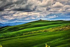 Colline Toscane (giannipiras555) Tags: toscana collina cielo nuvole italia natura colori verde panorama landscape paesaggio nikon