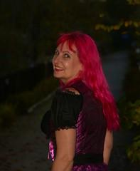 es war gestern am Abend in Nürnberg... mit meinen Lieblingsoutfit ein Dirndl. (schiessbudenhexe) Tags: pinkhair dirndl franke franken schiessbudenhexe