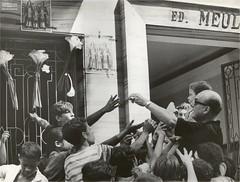 Crianças pegam doces nas celebrações a Cosme e Damião, no Rio de Janeiro, em setembro de 1967 (Arquivo Nacional do Brasil) Tags: sãocosmeedamião arquivonacional arquivonacionaldobrasil nationalarchivesofbrazil nationalarchives riodejaneiro