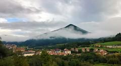 Nubes sobre San Miguel (eitb.eus) Tags: eitbcom 29247 g1 tiemponaturaleza tiempon2019 otono bizkaia kortezubi maitegorrochategui