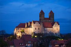 Der Schlossberg von Quedlinburg zur blauen Stunde (mkirstefoto) Tags: altstadt beleuchtung blauestunde deutschland europa fachwerkhaus quedlinburg sachsenanhalt schlossberg stiftskirchestservatius
