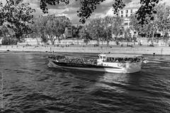 Boat people. Paris, septembre  2019 (Bernard Pichon) Tags: paris france bpi760 fr75 seine bateau tourisme visite ballade noiretblanc