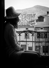 óleo de mujer con sombrero (*BegoñaCL) Tags: selfie woman hat window balcony begoñacl bg~ grain