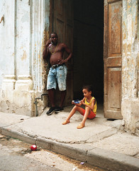 Streets of Havana - Cuba (IV2K) Tags: havana habana lahabana cuba cuban kuba cubano caribbean habanavieja centrohavana kodak kodakportra kodakportra400 kodakfilm film filmphotography mamiya mamiya7 mamiya7ii mediumformat 120 120film ishootfilm istillshootfilm