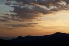 Chapada dos Veadeiros [Chapada dos Veadeiros National Park], Alto Paraíso de Goiás (Francisco Aragão) Tags: parquenacionaldachapadadosveadeiros patrimôniomundialpelaunesco chapadadosveadeirosnationalpark altoparaisodegoias goias brasil centrooeste planaltocentral brazil franciscoaragão fotografia paisagem amanhecer alvorada ceu nuvens montanhas contraluz amanecer sunrise backlight goldendawn canong7xmkii unescoheritagesite natureza manhã dia cores landscape serra worldheritagesitebyunescoin2001 siluetas silhouettes silhuetas horizonte