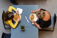 Zum Essen gehen und Spaghetti Bolognese bestellen. Hammer. (remember moments) Tags: dietmarvollmer nudeln pasta spaghetti bolognese 2 two couple pair meal food flowerpower plastic