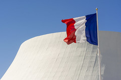 "French flag and the ""white volcan"" (Jan van der Wolf) Tags: map198294v vlag flag french frans frankrijk france lehavre building architecture architectuur gebouw whitevolcan oscarniemeyer maisondelaculture"