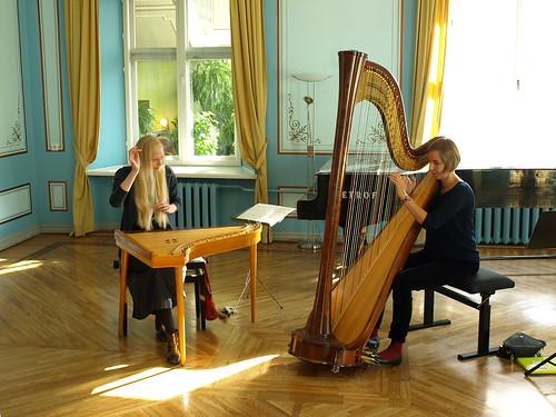 Kristi Mühling ja Liis Viira Pärnu Kunstide Majas