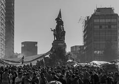 En la Plaza Italia, Santiago de Chile furioso (Mario Rivera Cayupi) Tags: canon80d blancoynegro blackandwhite bw sigmaartlens lentesigmaserieart sigma50mmf14 streetphotography fotografíadecalle fotografíacallejera streetphotographyinchile santiagodechile angry rabia socialprotest