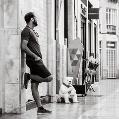 a quiet moment (Gerard Koopen) Tags: spain españa málaga city man verraco bear icecream street calle streetphotography fotografíacallejera quietmoment blackandwhite monochrome blackandwhiteonly noir lovely sony sonyalpha a7iii 85mm zeiss batis 2019 gerardkoopen gerardkoopenphotography