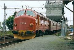 NSB Di 3 625 (Stig Baumeyer) Tags: diesellocomotive diesel diesellokomotive diesellok diesellokomotiv di3 nsb norgesstatsbaner nsbdi3 nohab nohabgm nydqvistholm gm generalmotors gm16567 trondheim trollhättan passengertrain personenzug persontog skansen bodø
