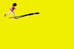 Corri, bimba, corri (meghimeg) Tags: 2019 chiavari bimba girl ombra shadow sole sun yellow giallo gelb
