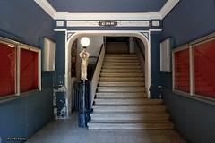 The old cinema. (AviAntonio) Tags: escales cinema cine escaleras stairs estàtua antic antiguo