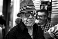 Dans ses yeux...  / In his eyes... (vedebe) Tags: portraits portrait lunettes reflets reflections reflection chapeau hat espagne rue street ville city urbain urban noiretblanc netb nb bw monochrome