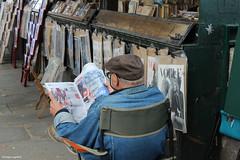 Bouquiniste (philippeguillot21) Tags: lecture lecteur journal newspaper bouquiniste paris france pixelistes canon