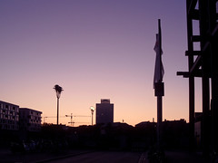 Farbverlauf (onnola) Tags: berlin deutschland germany sonnenaufgang silhouette charité sunrise lila orange violett purple farbverlauf gradient strasenlampe laterne lamp light sonne sun himmel sky kran baukran crane