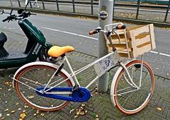 Partijfiets VVD (Roel Wijnants) Tags: partijfiets vvd krat fiets politiek sympathisant kiezer roelwijnants wandelvondst wandelen roelwijnantsfotografie somerightsreserved ccbync hofstijl haagspraak denhaag thehague absoluteleythehague cityilove fotogebruik licentievoorwaarden reklame