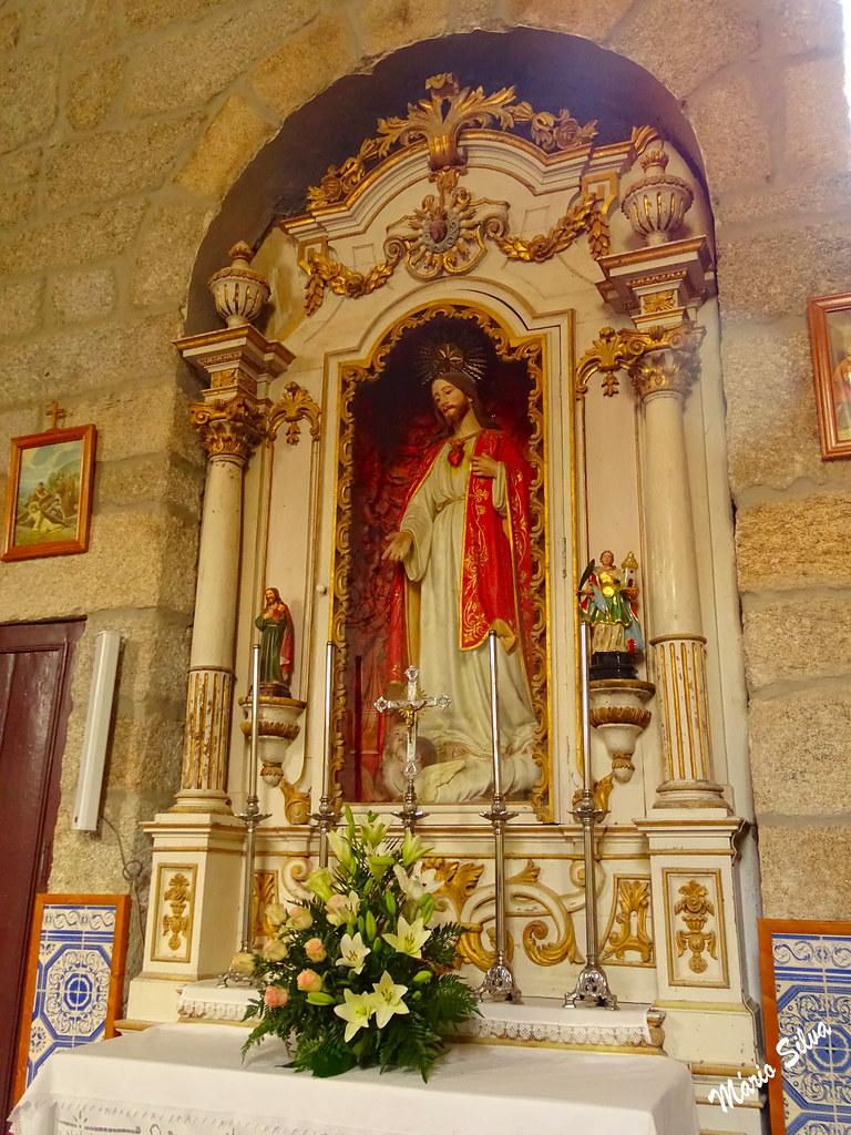 Águas Frias (Chaves) - ... altar lateral do Sagado Coração de Jesus, na Igreja matriz  ...
