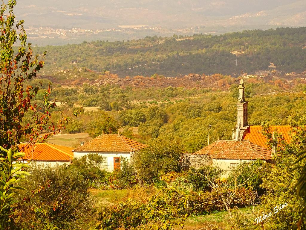 Águas Frias (Chaves) - ... uma vista sobre uma parte da Aldeia, destacando-se a torre sineira da Igreja ....