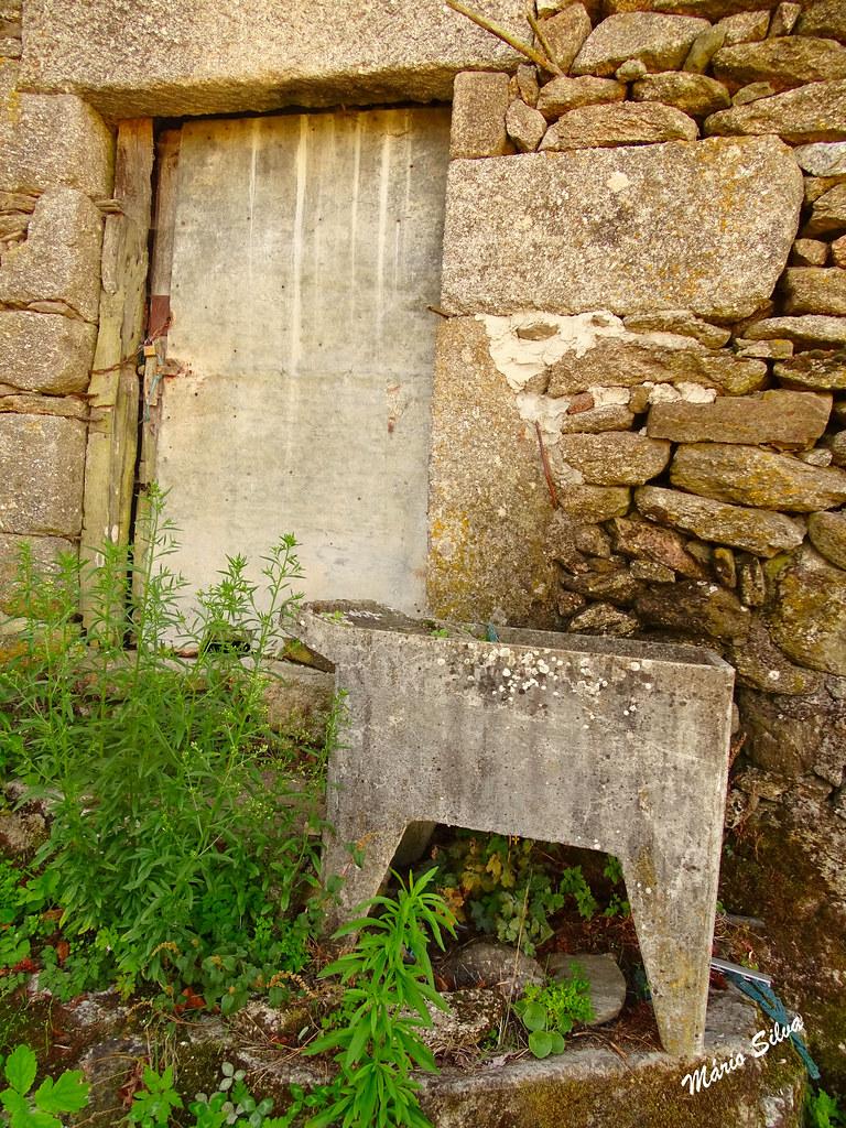 Águas Frias (Chaves) - ... o velho tanque (já substituido pela máquina de lavar), junto à entrada da porta ...