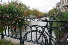 Museumbrug in Amsterdam (JaMu98) Tags: holland amsterdam museum blumen brücke fahrrad niederlande hollandrad museumbrug krachten sony alpha 6000 sonyalpha6000