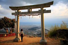 餘 暉 (Wilson Au   一期一会) Tags: 日本 香川県 japan shikoku kagawaprefecture takayashrine torii sunset light landscape lady contrast canon eos5dmarkiii ef2485mmf3545usm