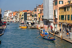 Venezia / Canale di Cannaregio / Guglie / Gondolieri (Pantchoa) Tags: venise italie europe cannaregio canal guglie eau gondoliers bateau fermata alilaguna canalettoii fondamenta ciel bleu