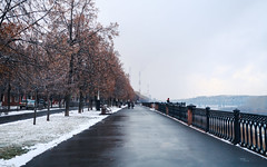 Tom River embankment in Kemerovo city in autumn. (man_from_siberia) Tags: embankment waterfront siberia russia сибирь россия 2019 осень октябрь autumn october canon eos 5d dslr canoneos5d canon5d canon5dclassic fullframe canonef40mmf28stm pancakelens primelens kemerovo кемерово city город